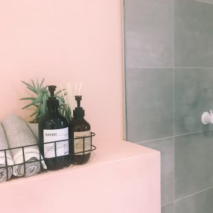 det lyserøde badeværelse